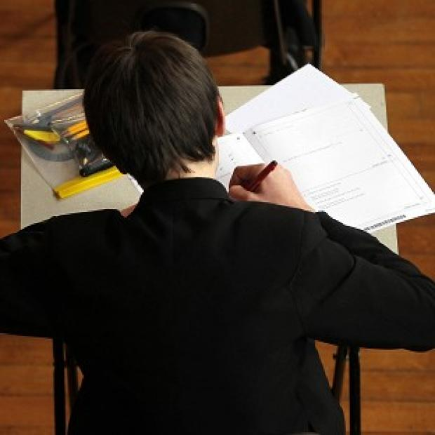 Hundreds of schools saw fewer pupils gain a C at GCSE English, a teachers' association has said