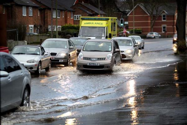 Vehicles caught up in Abingdon Road flooding