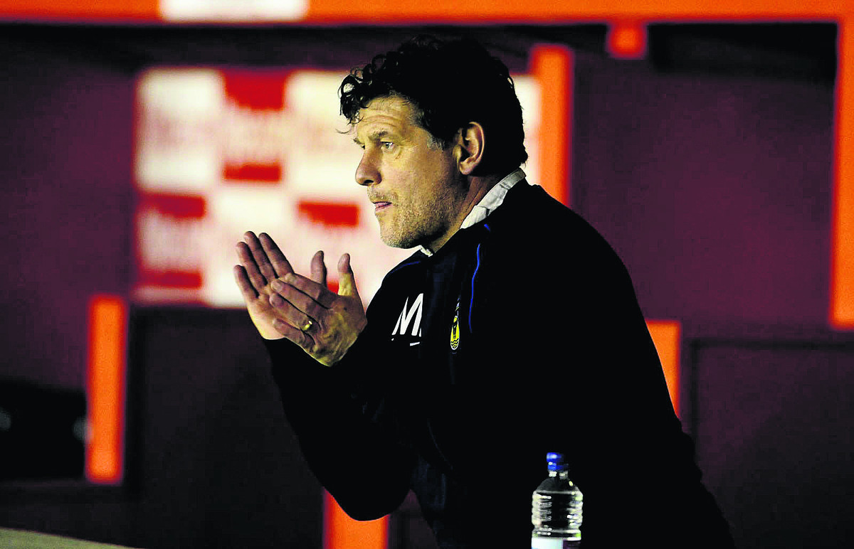 Mickey Lewis encourages his Oxford United side