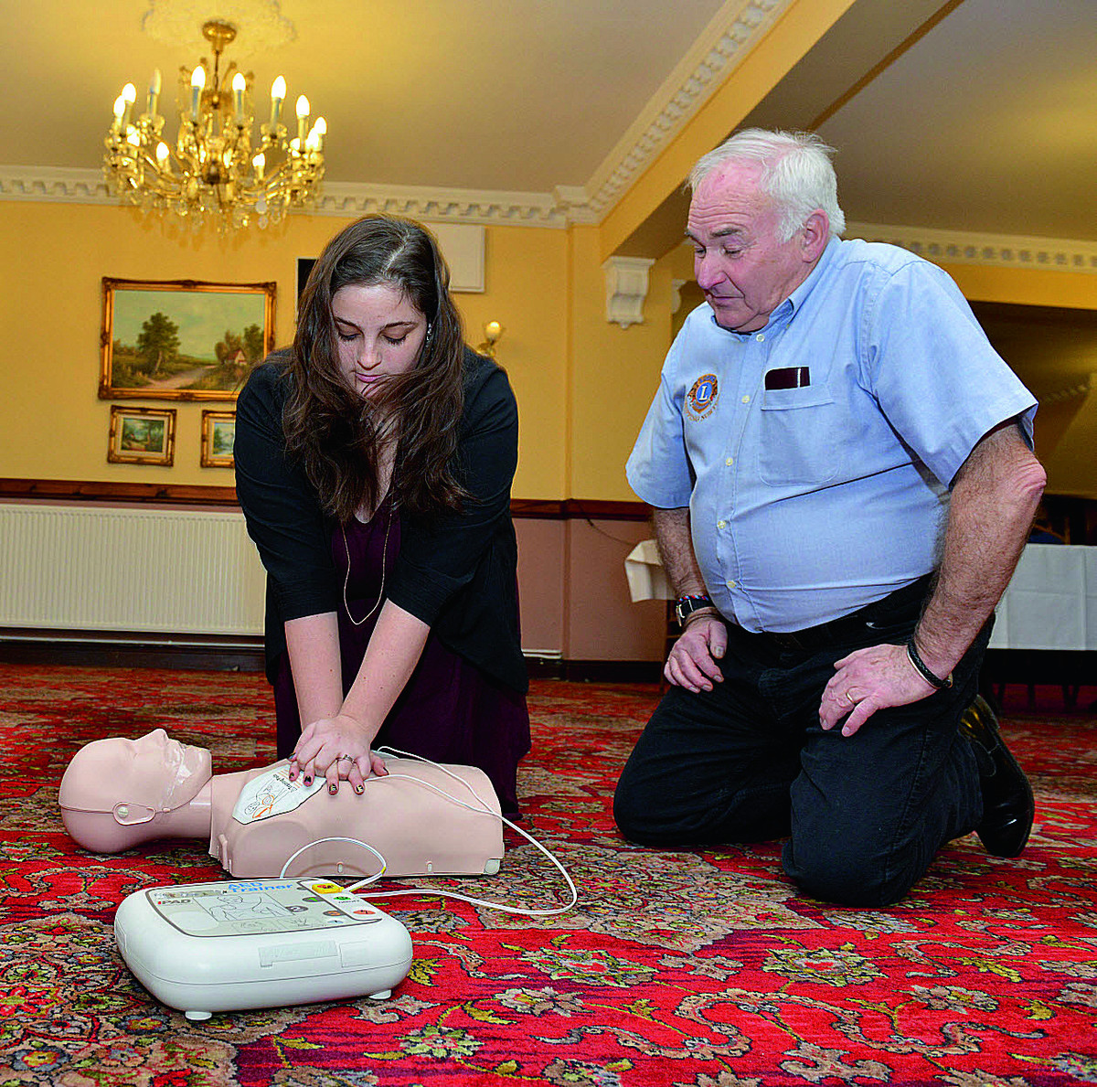 Mike Graham, from Chipping Norton Lions Club, teaches Oxford Mail reporter Alex Wynick how to use a defibrillator during a course at the Crown and Cushion Hotel. Picture: OX64909 Simon Williams