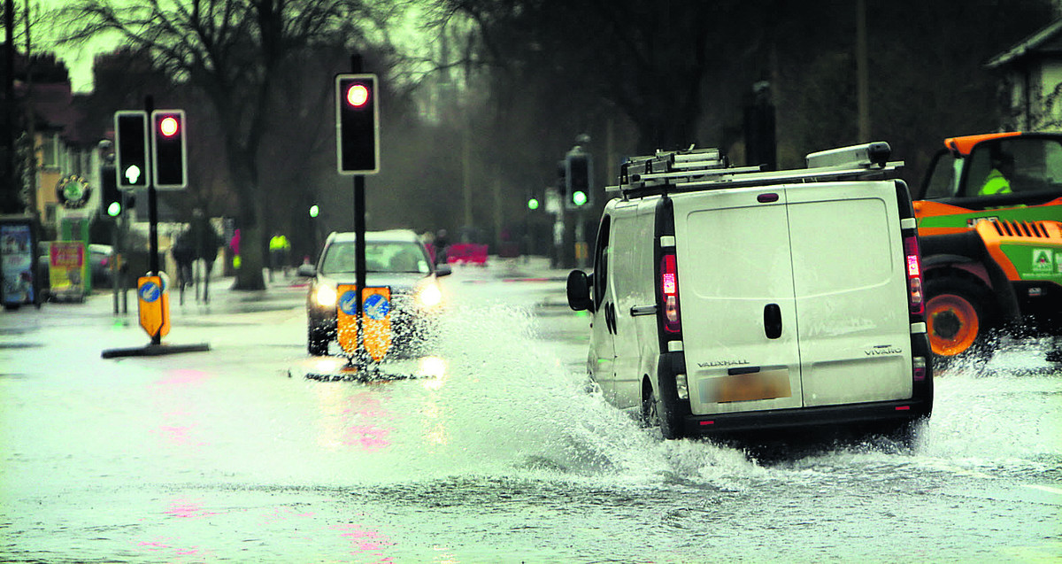 A van creates a wave as it drives through floods on Abingdon Road                Picture: OX65237 Damian Halliwell