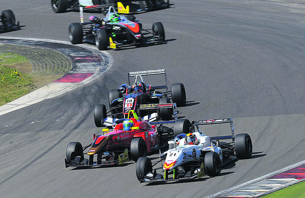 Sean Walkinshaw (21) fights for position