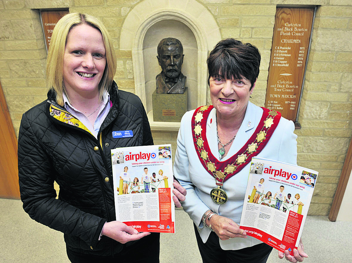 Jenny Withers, of the RAF, left, with Carterton Mayor Lynn Little