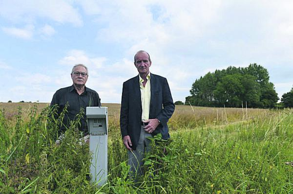 Stuart Harrison, chairman of the North Witney Action Group, left, with Graham Knaggs, chairman of Hailey Parish Council, in a field off Eastfield Road, Witney